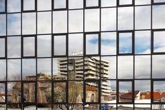 Отражения города Загреба в покрытом стекле строящ 0135 стоковая фотография