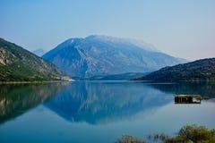 Отражения горы в озере, Греции стоковые фотографии rf