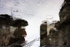 Отражения дождя в лужице Стоковое фото RF