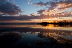 Отражения захода солнца на озере Стоковые Изображения RF