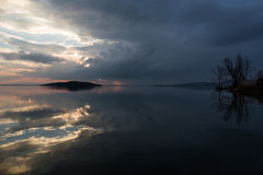 Отражения захода солнца на озере Стоковое Изображение RF