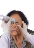 Отражения испытания невропатолога глаза молодой женщины Стоковое Фото