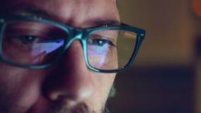 Отражения дисплея компьютера на стеклах и глазах акции видеоматериалы