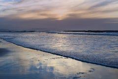 Отражения и волны затишья разбивая на пляж Стоковая Фотография