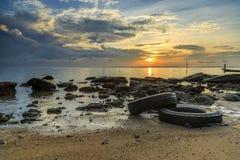 Отражения когда прилив отступает в утре с красивым восходом солнца Стоковые Изображения
