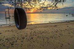Отражения когда прилив отступает в утре с красивым восходом солнца Стоковая Фотография