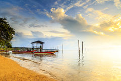 Отражения когда прилив отступает в утре с красивым восходом солнца Стоковое Изображение