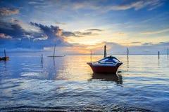 Отражения когда прилив отступает в утре с красивым восходом солнца Стоковая Фотография RF