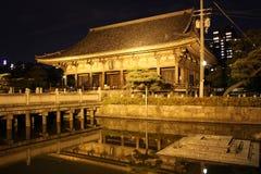 Отражения на ноче Rokujidou Hall в виске Shitennoji в o Стоковые Изображения RF