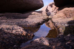 Отражения на розовом побережье гранита Стоковое Изображение