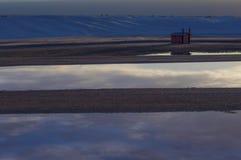 Отражения облака в дождевой воде в белом национальном монументе песков, Неш-Мексико стоковые изображения