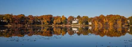 Отражения осени листвы в озере Стоковое фото RF