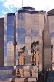 Отражения от стеклянного здания на районе доков Salford в Манчестере Великобритании Стоковое Изображение RF