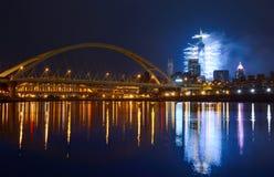 Отражения от фейерверков Нового Года и горизонт города в Тайбэе, Тайване стоковые изображения rf