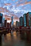 Отражения Рекы Чикаго после зимы бушуют как облака ясно и солнце начинает устанавливать Стоковая Фотография RF