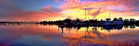 Отражения силуэта восхода солнца Залив жестяной коробки Стоковое Фото