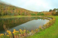 отражения сосенки озера холма Стоковое Изображение RF