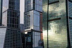 Отражения строительной конструкции современные стеклянные Стоковые Фотографии RF