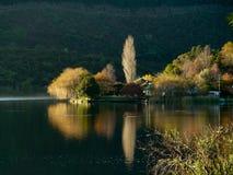 Отражения сумрака и озера дома Новой Зеландии Стоковые Фото