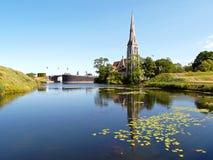 Отражения церков ` s St Alban на пруде цитадели Kastellet в Копенгагене стоковые фото