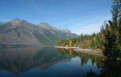 отражения mcdonald озера осени стоковое изображение rf