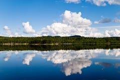 отраженные облака Стоковые Изображения