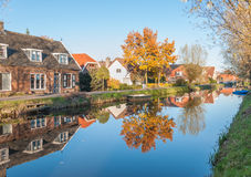 Отраженные дома в малой голландской деревне Стоковые Изображения