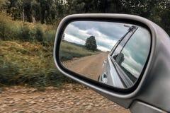 Отраженный в зеркале на стороне автомобилей дороги, перемещение в России стоковое изображение