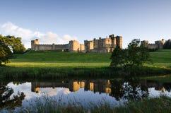 Отраженный замок Alnwick Стоковая Фотография