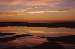 Отраженный заход солнца над приливными бассейнами стоковое изображение rf
