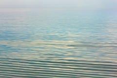 Отразите поверхность моря, отражение неба в воде Стоковая Фотография RF