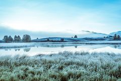 Отразите поверхность озера в долине горы стоковое фото rf