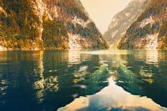 Отразите поверхность озера Koenigsee отражая скалистые горы Стоковое фото RF