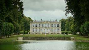 Отразите пруд на саде замка, Францию акции видеоматериалы