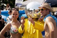 Отразите человека шарика представляя для фото с 2 студентами Стоковые Фото