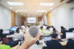 Отрегулируйте микрофон в предпосылках конференц-зала, конференц-зал i Стоковое Изображение RF