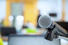 Отрегулируйте микрофон в предпосылках конференц-зала, конференц-зал i Стоковые Фотографии RF