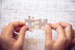 Отрегулируйте часть белых головоломок которые около упасть для того чтобы получить a Стоковое Фото