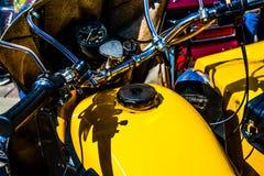 Отрегулируйте бар, спидометр и топливный бак старого желтого велосипеда Стоковое Изображение