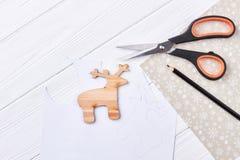 Отрежьте вне деревянных оленей, ножниц, карандаша Стоковые Изображения