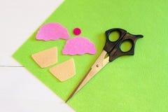 Отрежьте вне почувствовал, что детали для пирожного забавляться, ножницы Легкий проект детей DIY Стоковые Фотографии RF