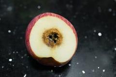 Отрежьте вне яблоко тухлое Стоковые Фотографии RF