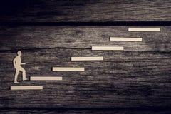 Отрежьте выходы бумажного человека взбираясь шаги к успеху Стоковые Фото