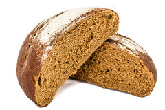 Отрежьте в половине хлебца свежего хлеба, изолированного на белой предпосылке Стоковая Фотография RF