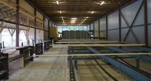 Отрежьте деревянные планки на транспортере в лесопилке Стоковое Изображение RF