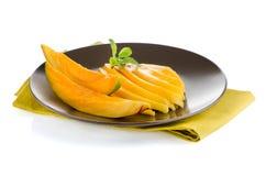отрежьте женщину мангоа плодоовощей плодоовощ отрезанную показом стоковые изображения