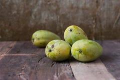отрежьте женщину мангоа плодоовощей плодоовощ отрезанную показом стоковая фотография