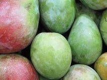 отрежьте женщину мангоа плодоовощей плодоовощ отрезанную показом Стоковые Изображения RF