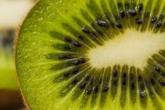 Отрежьте зеленое киви Стоковые Фотографии RF