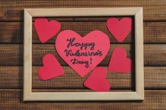 Отрежьте из красных бумажных сердец на деревянной предпосылке в деревянной рамке, дне ` s валентинки приветствиям счастливом Стоковое Изображение RF